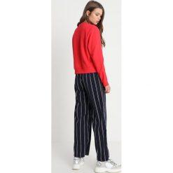 Bluzy damskie: Calvin Klein Jeans MONOGRAM LOGO BADGE Bluza tomato