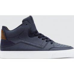 Buty męskie: Granatowe wysokie buty sportowe z dziurkowaniem