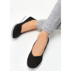 Czarne Koturny Tempest. Czarne buty ślubne damskie marki Born2be, z okrągłym noskiem, na niskim obcasie, na koturnie. Za 39,99 zł.