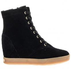 Skórzane sneakersy w kolorze czarnym. Czarne sneakersy damskie Guess. W wyprzedaży za 399,95 zł.