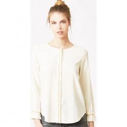 Bluzka jedwabna w kolorze kremowym. Białe bluzki z odkrytymi ramionami marki Ateliers de la Maille, z jedwabiu, z okrągłym kołnierzem. W wyprzedaży za 318,95 zł.