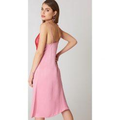 NA-KD Sukienka bieliźniana midi z koronką - Pink. Różowe sukienki koronkowe marki NA-KD, w koronkowe wzory, midi. W wyprzedaży za 81,18 zł.