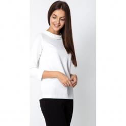 Biała strukturalna bluzka z półgolfem QUIOSQUE. Białe bluzki longsleeves QUIOSQUE, z dzianiny, klasyczne, bez kołnierzyka. Za 129,99 zł.