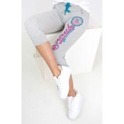 Spodnie dresowe damskie: Dresowe bermudy z nadrukiem