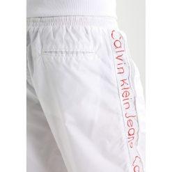 Calvin Klein Jeans GONIS  Spodnie treningowe bright white. Białe jeansy męskie Calvin Klein Jeans, z dresówki. Za 549,00 zł.