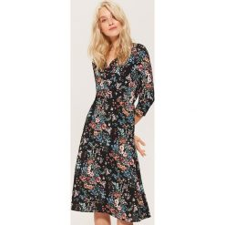 Kopertowa sukienka w kwiaty - Wielobarwn. Szare sukienki marki House, l, w kwiaty, z kopertowym dekoltem, kopertowe. Za 129,99 zł.