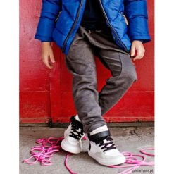 Spodnie dresowe z obniżonym krokiem. Czerwone spodnie chłopięce marki Pakamera, z dzianiny. Za 79,00 zł.