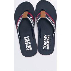 Tommy Jeans - Japonki. Czarne japonki męskie marki Tommy Jeans, z jeansu. W wyprzedaży za 99,90 zł.