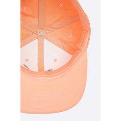 Puma - Czapka. Różowe czapki z daszkiem damskie Puma, z bawełny. W wyprzedaży za 69,90 zł.