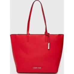 Calvin Klein - Torebka. Czerwone torebki klasyczne damskie marki Calvin Klein, z materiału, duże. Za 599,90 zł.