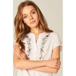 Koszula z kwiatowym motywem - Biały. Białe koszule damskie marki Mohito. W wyprzedaży za 49,99 zł.