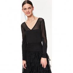 DOPASOWANA BLUZKA Z OZDOBNĄ SIATKĄ. Czarne bluzki wizytowe Top Secret, eleganckie. Za 89,99 zł.
