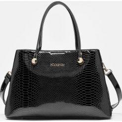 Czarna torebka damska. Czarne torebki klasyczne damskie Kazar, w paski, ze skóry, z tłoczeniem. Za 849,00 zł.
