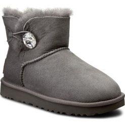 Buty UGG - W Mini Bailey Button Bling 1016554 W/Grey. Szare buty zimowe damskie marki Ugg, z materiału, z okrągłym noskiem. Za 1034,80 zł.