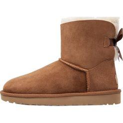UGG MINI BAILEY BOW II Botki chestnut. Brązowe buty zimowe damskie Ugg, z materiału. Za 819,00 zł.