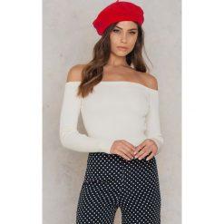 NA-KD Sweter z odkrytymi ramionami - White. Białe swetry klasyczne damskie NA-KD, z dzianiny. W wyprzedaży za 85,17 zł.