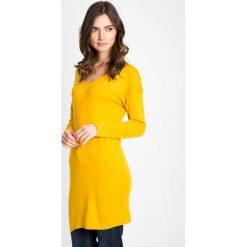 Musztardowy długi sweter z dekoltem w serek QUIOSQUE. Różowe swetry klasyczne damskie QUIOSQUE, na jesień, s, z jeansu, z dekoltem w serek. W wyprzedaży za 49,99 zł.