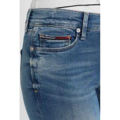 Tommy Jeans MID RISE SKINNY NORA Jeans Skinny Fit florida light blue stretch. Niebieskie jeansy damskie marki Tommy Jeans. W wyprzedaży za 404,10 zł.
