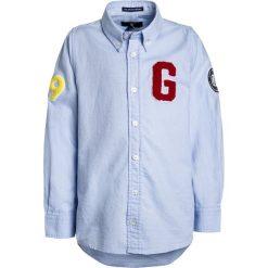 GANT ARCHIVE OXFORD ALL OVER BADGES Koszula ice blue. Niebieskie bluzki dziewczęce bawełniane marki Polo Ralph Lauren, m, polo. Za 339,00 zł.