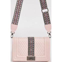 Torebki klasyczne damskie: Mini torebka z odpinanym paskiem – Różowy