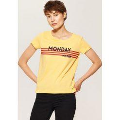 T-shirt z napisem - Żółty. Żółte t-shirty damskie House, l, z napisami. W wyprzedaży za 15,99 zł.