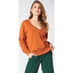 NA-KD Basic Bluza basic z dekoltem V - Orange,Copper. Różowe bluzy damskie marki NA-KD Basic, prążkowane. Za 100,95 zł.