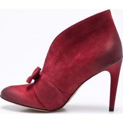 Carinii - Botki. Czerwone botki damskie na obcasie marki Carinii, z materiału, z okrągłym noskiem. W wyprzedaży za 179,90 zł.
