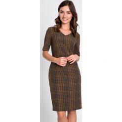 Prosta sukienka z zamkami na biodrach QUIOSQUE. Szare sukienki dzianinowe marki QUIOSQUE, do pracy, na jesień, biznesowe, z dekoltem w serek. W wyprzedaży za 79,99 zł.