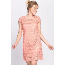 Łososiowa Sukienka Chasing Shadows. Różowe sukienki letnie marki numoco, l, z dekoltem w łódkę, oversize. Za 54,99 zł.