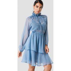 NA-KD Boho Sukienka z marszczoną stójką - Blue. Niebieskie długie sukienki marki NA-KD Boho, na imprezę, w koronkowe wzory, z koronki, boho, na ramiączkach. Za 161,95 zł.