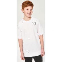 T-shirt z minimalistycznym nadrukiem - Biały. Białe t-shirty chłopięce z nadrukiem Reserved, l. Za 19,99 zł.