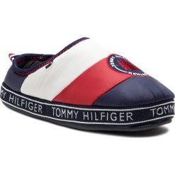 Kapcie TOMMY HILFIGER - Mountain Patch Downslipper FM0FM02005 Rwb 020. Niebieskie kapcie męskie TOMMY HILFIGER, z materiału. Za 229,00 zł.