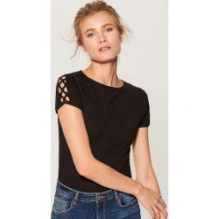Koszulka z wycięciem na rękawach - Czarny. Czarne t-shirty damskie marki Mohito, m. W wyprzedaży za 29,99 zł.