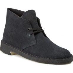 Trzewiki CLARKS - Desert Boot 261065677 Navy Suede. Niebieskie buty zimowe damskie marki Clarks, z kauczuku, na obcasie. W wyprzedaży za 289,00 zł.