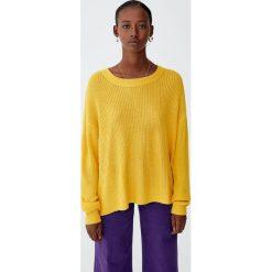 Sweter wykonany kwadratowym ściegiem. Pomarańczowe swetry klasyczne damskie marki Pull&Bear, z kwadratowym dekoltem. Za 69,90 zł.
