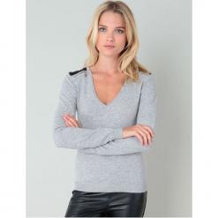 Sweter w kolorze szarym. Szare swetry klasyczne damskie marki William de Faye, z kaszmiru. W wyprzedaży za 136,95 zł.