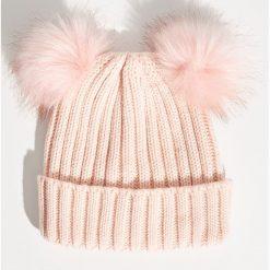 Czapka z pomponami - Różowy. Czerwone czapki zimowe damskie marki Sinsay. Za 24,99 zł.