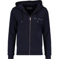Calvin Klein Jeans HASTO ZIP SLIM FIT Bluza z kapturem blue. Niebieskie bluzy męskie rozpinane marki Calvin Klein Jeans, m, z bawełny, z kapturem. W wyprzedaży za 384,30 zł.