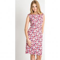 Ołówkowa sukienka w kolorowe kwiaty QUIOSQUE. Szare sukienki balowe QUIOSQUE, w kolorowe wzory, z kopertowym dekoltem, bez rękawów, kopertowe. W wyprzedaży za 109,99 zł.