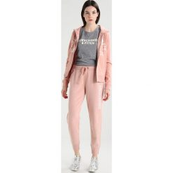Abercrombie & Fitch HOLIDAY LOGO Bluza rozpinana pink. Czerwone kardigany damskie Abercrombie & Fitch, l, z bawełny. Za 349,00 zł.