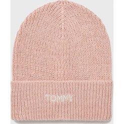 Tommy Hilfiger - Czapka. Różowe czapki zimowe damskie TOMMY HILFIGER, z dzianiny. Za 229,90 zł.