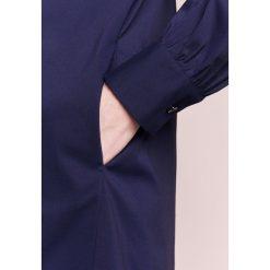 Steffen Schraut CARIOCA GLAM Sukienka koszulowa navy. Niebieskie sukienki letnie marki Steffen Schraut, z bawełny, z koszulowym kołnierzykiem, koszulowe. W wyprzedaży za 467,60 zł.