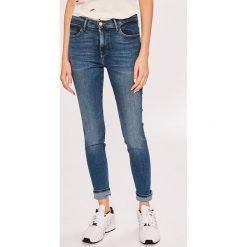 Wrangler - Jeansy. Niebieskie rurki damskie Wrangler, z aplikacjami, z bawełny, z podwyższonym stanem. Za 329,90 zł.