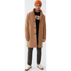 Klasyczny płaszcz z klapami w kolorze camel. Brązowe płaszcze na zamek męskie marki Cropp, na zimę, l, sportowe. Za 299,00 zł.