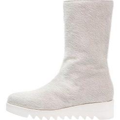 Josephine Kozaki na koturnie offwhite. Czarne buty zimowe damskie marki Born2be, z materiału, z okrągłym noskiem, na niskim obcasie, na koturnie. W wyprzedaży za 734,50 zł.