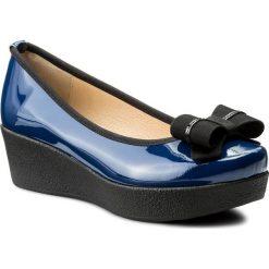 Półbuty BRENDA ZARO - FZ97456A Bluette. Niebieskie półbuty damskie lakierowane Brenda Zaro, z lakierowanej skóry, na koturnie. W wyprzedaży za 239,00 zł.