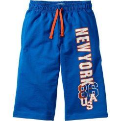 Bermudy dresowe bonprix lazurowy. Niebieskie dresy chłopięce marki bonprix, z nadrukiem, z dresówki. Za 44,99 zł.