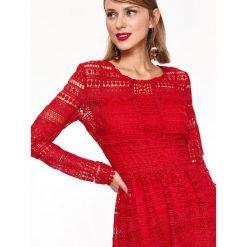 KORONKOWA SUKIENKA Z DŁUGIM REKAWEM. Czerwone sukienki balowe marki Top Secret, na jesień, z koronki, z długim rękawem. Za 169,99 zł.