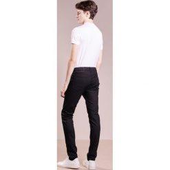 Rag & bone Jeansy Slim Fit coated black. Czarne rurki męskie rag & bone. W wyprzedaży za 569,40 zł.