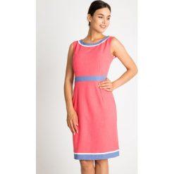 Koralowa sukienka z niebieskimi wstawkami QUIOSQUE. Niebieskie sukienki balowe marki QUIOSQUE, na lato, w paski, z klasycznym kołnierzykiem, bez rękawów, trapezowe. W wyprzedaży za 99,99 zł.